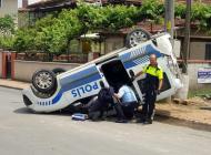 Panelvan ile çarpışan polis aracı ters döndü