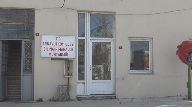 Arnavutköy'de muhtarlığın da bulunduğu hasarlı bina korkutuyor