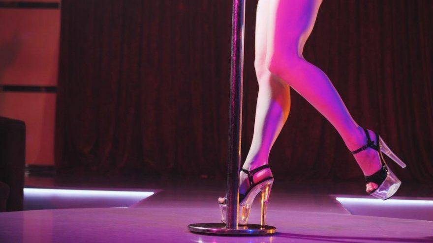 Müşterileri ikna etmek için striptiz kulübe götürünce…